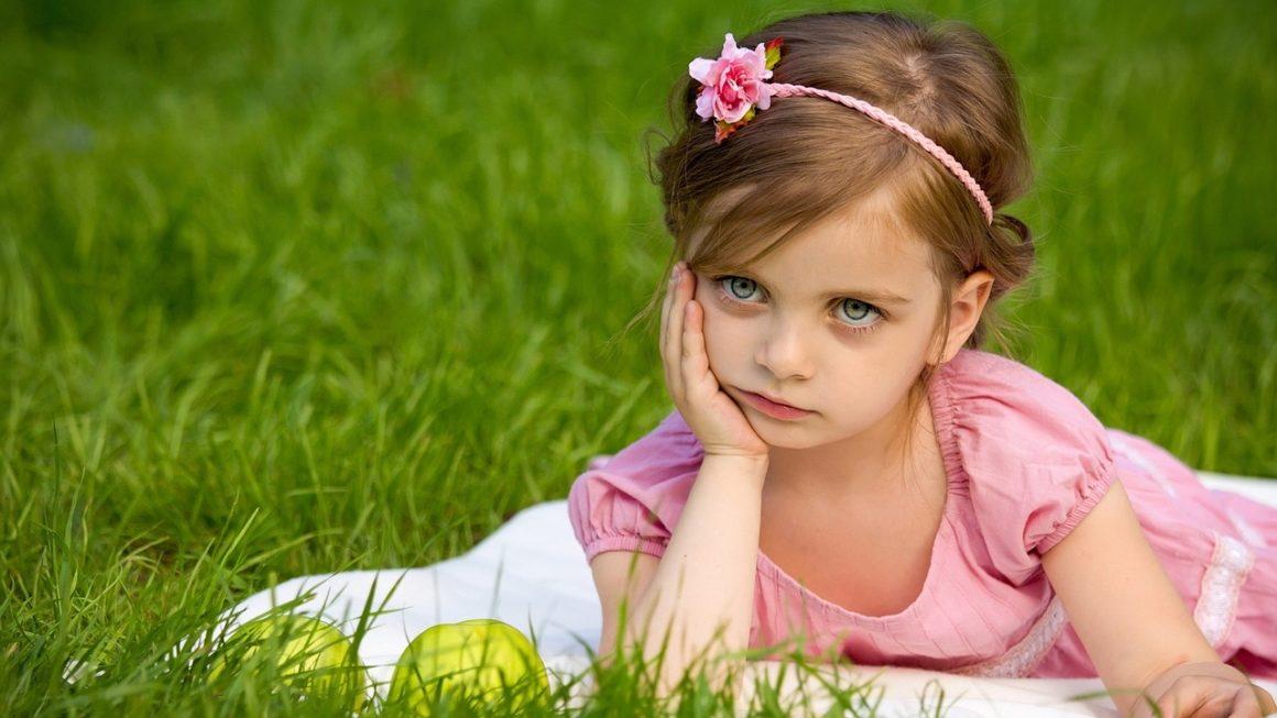 fille qui ne sourit pas