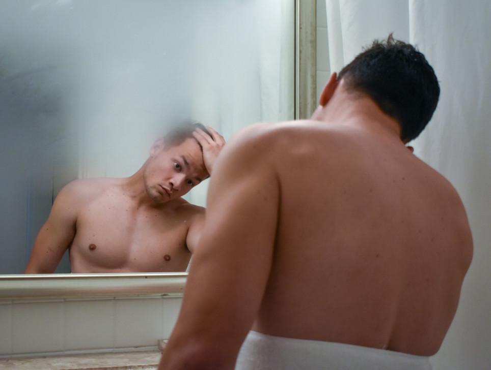 homme devant un miroir