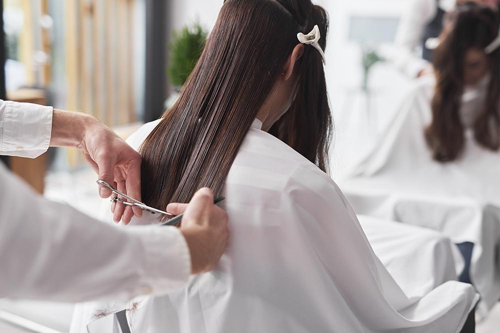 se couper les cheveux