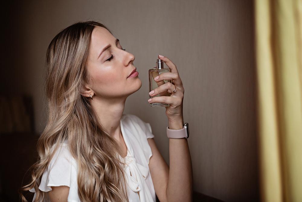 se mettre du parfum